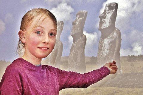 Spennende lære: Kari Ask Nore lærte om Chile. Her foran bildet fra «Påskeøye», som tilhører Chile.