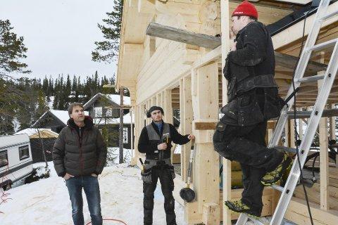 Mye å gjøre: Jostein Guttormsen (t.v.) på en av hyttetomtene han har solgt til. Bøle Bygg. Tømrer Remi Nilsen og innehaver Jon Bøle