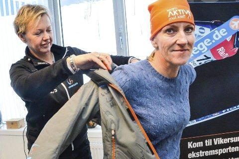 Fin premie: Jakken som Tone Kjemperud Kristiansen her kler på Inger Lise Solberg skal loddes bort til inntekt for kreftsaken.