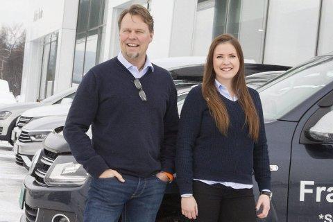 Mye pickup: Daglig leder Paal Rustad (t.v) og bilselger Charlotte Hansen og de andre på Aktiv Auto merket at mange, og særlig firmakunder var ute etter en pickup før jul.