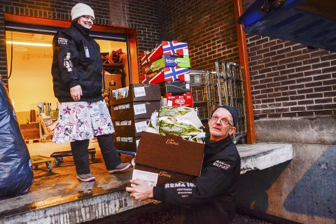 GRatis Mat: Her laster Bjarne Halvorsen og Marianne Larsen fra LivsGiverne inn kasse på kasse med mat som er gitt av kjøpmann Elisabeth Skaane ved Rema 1000 i Åmot.