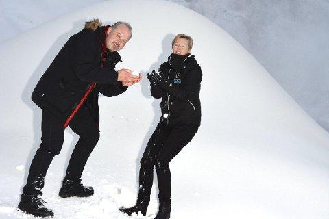 Ønsker tips: Redaktør Knut Bråthen i Bygdeposten og organisasjonssekretær Tone K. Kristiansen i Skiflyging Vikersund AS ønsker tips om mennesker som fortjener en drømmedag i Vikersundbakken under skiflygingsrennene i februar.