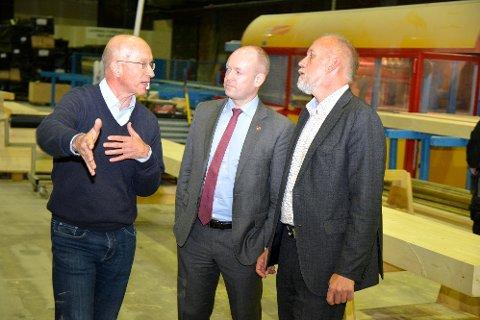 ENGASJEMENT: Morten Leander Johansen (t.v.) forklarer FrP-gutta Jørund H. Rytman og Morten Ørsal Johansen hvilke planer de har for massivtrefrabrikken.