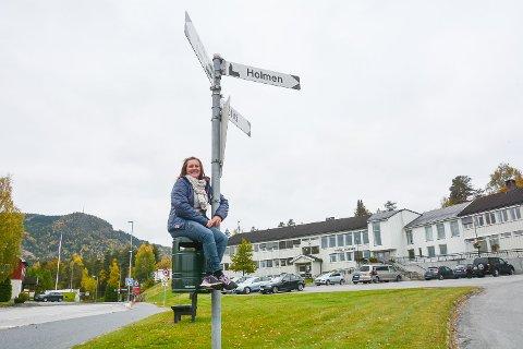 SKILTSJEF: Lene Kofstad skal sørge for at det ikke bare er de store severdighetene og kommunale tjenestene som har eget skilt, men også små og store veistumper i Sigdal.