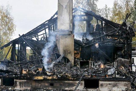 DAGEN DERPÅ: Slik så det ut på branntomta midt på dagen i går.
