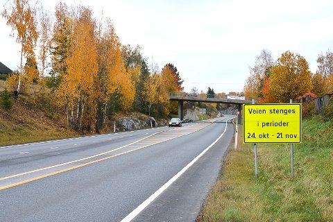 STENGER VEI: Mandag og tirsdag stenges riksvei 35 mellom Vikersund sør og nord slik at Statens vegvesen kan sette opp ei ny gangbru. Den gamle falt ned for et drøyt år siden. Da stilte Hæhre Entreprenør opp med maskiner og ryddet veien.