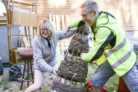 Lekesloss: Linda Larsen fra Krødsherad og Rune Strand fra venneforeningen lekesloss om rariteten Larsen fikk prutet ned til ti kroner.