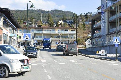 UTANOM: Jan Erik Green meiner gjennomgangstrafikken må gå utanom Åmot sentrum.