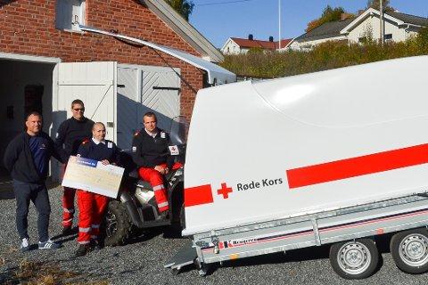 BLANK OG FIN: Andreas Devlin (t.v.) i banken overleverte hengeren til Richard Eliassen, Stine Havdal og Rune Tveit Sakshaug i Røde Kors.
