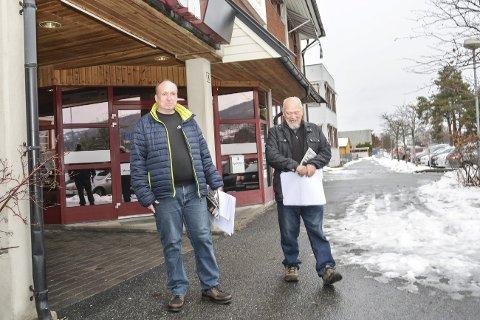 TAR SAKEN: Thomas Haugen (t.v.) skal levere i Krødsherad, mens Kjell Bråten tar seg av Sigdal. I tillegg skal Ole Ulberg levere i Eggedal.