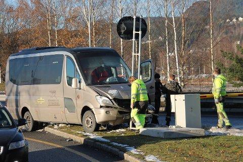 Bråstopp: En drosje kjørte torsdag rett inn i dette skiltet i Mjøndalen ved avkjøringen til sentrum.