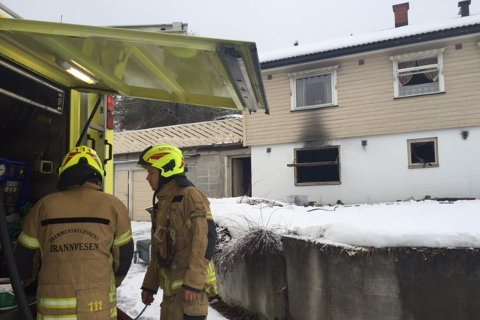 Søndag morgen oppdaget et vitne at det kom kraftig røyk ut fra eneboligen-