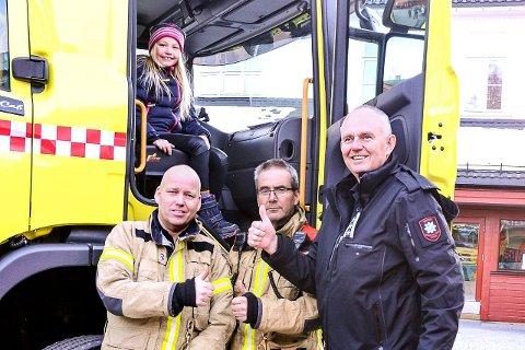 VIKTIG:  Brannsjef Harald Silseth takket Pernille og roste henne for at hun var så oppmerksom og visste hva som måtte gjøres. FOTO: JEANET NYHUS PETTERSEN