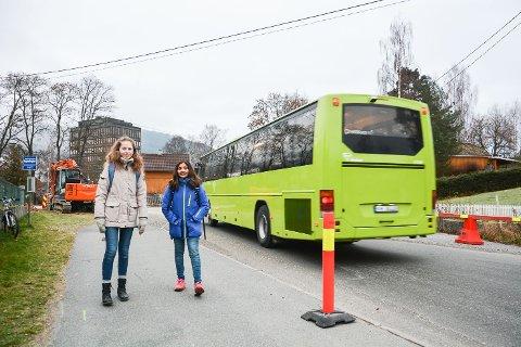 SKUMMEL SKOLEVEI:Thea Kittilsen Strand og Julie Ramberg synes det er uoversiktelig å ta seg fram langs Jarenveien og i Sand-krysset når det er gravemaskiner, biler, busser og sperringer på alle kanter.