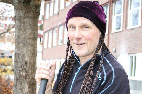 SKØYER FYLLER 50: Borger Trondsen får mange kommentarer fra elevene når de oppdager at han en  ettermiddag plutselig har fått en haug med lange fletter.