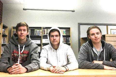 Begeistret:  Sivert Drolsum (f.v.), Håkon Ørpen og Benjamin Engebretsen i 3STA ved Rosthaug VGS har anmeldt teateroppsetningen av Knut Hamsuns roman «Mysterier».