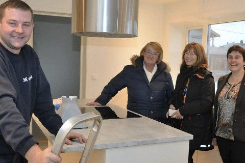 SISTE HÅND: Roman Kmiecinski er i ferd med å avslutte arbeidene på kjøkkenet. – Her var det flott, sier Anne Britt Hauge (t.v.), Ann Sire Fjerdingstad og Gunhild Figenschau.