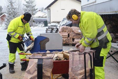 Fyringsved: Morten Gundersen (t.v.) og Kjetil André Nilsen lot seg ikke stoppe av kuldegradene, når de torsdag kappet og pakket ned ved som skal tørke før den selges neste år. – Vi har i år produsert 8.000 sekker, sier Gundersen.