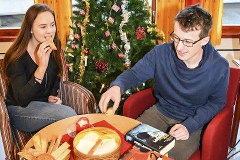Gode tips: Thea Øen Tandberg og Nils Gunnar Lindbo gir deg lese- og filmtips i jula. Å kose seg med bøker, film og julekaker er noe de liker.