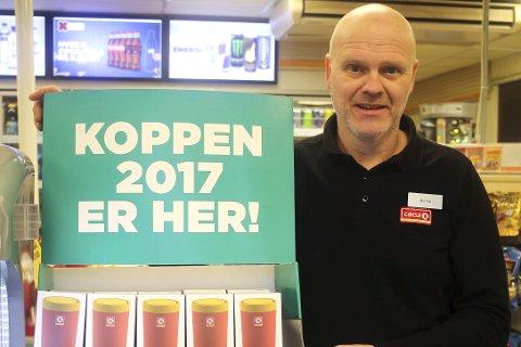 Julegave som varmer: Øyvind Steinsett på Circle K i Åmot forteller at kaffekoppen for 2017 er en veldig populær julegave.