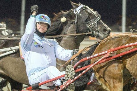 SEIERSGEST: Jan Martin Bjerring hevet armen i været da Silke Chasmina travet inn til V76-seier i romjula.Foto: hesteguiden.com
