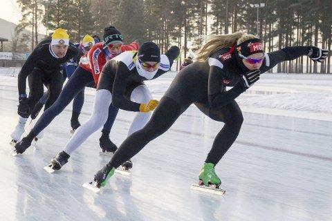 GODE FORHOLD: Sammen med andre skøyteløpere fra Geithus har Ellen Bjertnes trent seg tilbake i form etter forkjølelsen hjemme på Furumo. Her har det vært gode forhold for en internasjonal toppløper gjennom hele romjula.