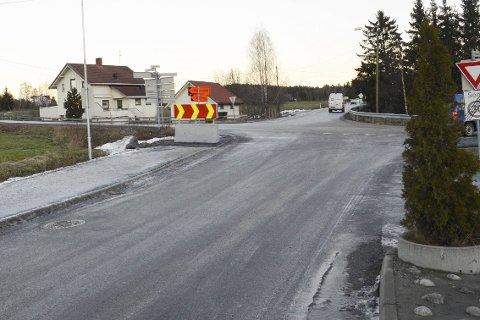 Hatlekrysset:  Om  folk ikke slutter  å bruke Bokfinkveien som omkjøringsvei, kan den bli stengt.