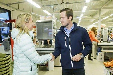 PÅ TV: Thomas Andersen, butikksjef på Joker Darbu, har hatt besøk av  Ingvild Måkestad Bovim og serien «Naturopplevelser for livet».
