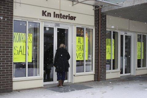 STENGT DØR: Flere kunder kom i går til stengt dør. KN Interiør vil gjenåpne for konkurssalg torsdag denne uken.