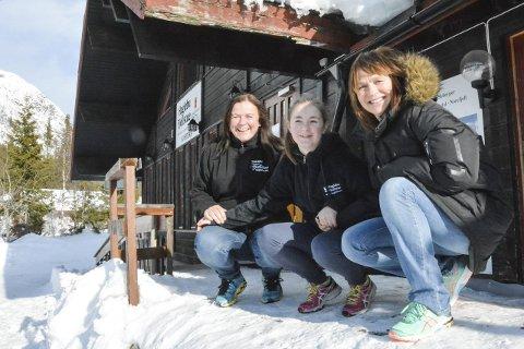 DRØMMEFORHOLD: Mona Olsen (f.v.), Helene Woll og Anne Kodalen ved Haglebu Fjellstue, forteller om drømmeforhold på Haglebu.            – I går var det 15 varmegrader i solveggen, så alt ligger nå til rette for en flott vinterferieuke, sier en blid Olsen.      Foto: Boel Kristin Støvern