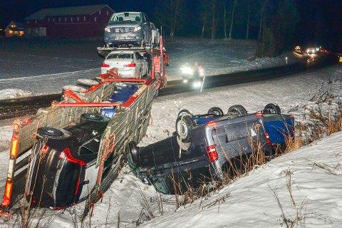 I GRØFTA: Biltransporten, med i alt åtte helt nye biler, endte i grøfta på Snarum tirsdag kveld.