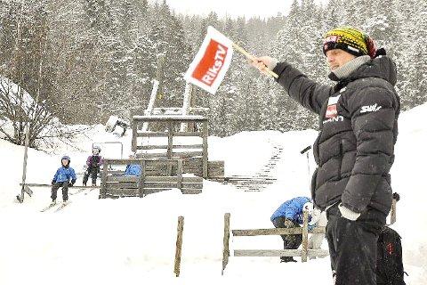 ALT KLART: Landslagssjef Aleksander Stöckl ser etter om bakken er klar før han gir nok en ung hopper klarsignal for å sette utfor i Vikersund. Her fra verdenscupen i 2013.