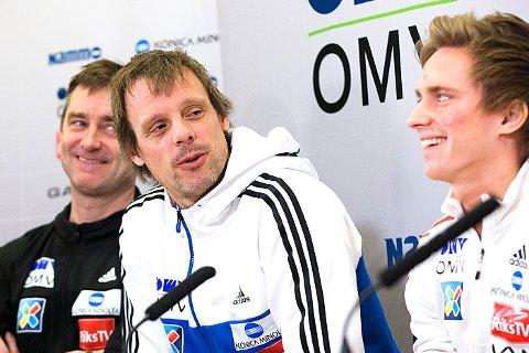 HOPPER PÅ: Anders Fannemel (t.h) og trener Alexander Stöckl. I bakgrunnen sportssjef Clas Brede Bråthen.