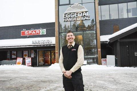 Smiler enn så lenge: Butikksjef Thomas Johansen på Spar i Eggedal tror årets påske blir knallbra, men frykter konsekvensene hvis hyttefolket begynner å boikotte lokalt næringsliv.Arkivfoto