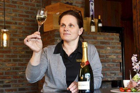 Ikke feil: - Det er aldri feil med Champagne, sier vinkelner og kokk, Monica Steinsland. Her sjekker hun at de gyldne dråpene bruser som de skal.