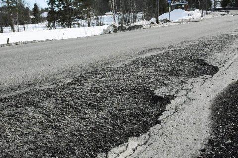 MANGE HULL: Nesten 28 kilometer riks- og fylkesvei får nytt dekke i Midtfylket i løpet av året. FOTO: BOEL KRISTIN STØVERN