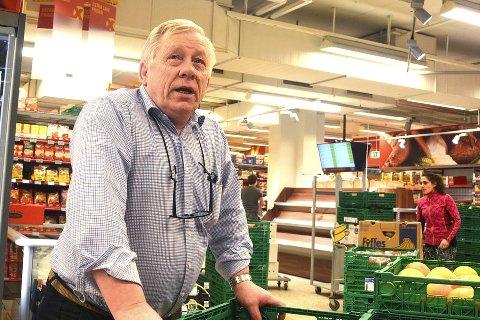 PRIVAT EIENDOM: Egil Hogstad, butikksjef Coop Extra i Vikersund, mener at han bør få bestemme at bladsalg og tigging utenfor inngangen ikke er lov.