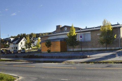 SKAPER VANSKER: Enger skole, som ligger midt i sentrum av Åmot, skaper trøbbel for stedsutviklingen sør i Modum.