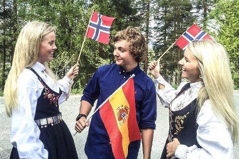Hurra for Norge i Spania! Å være nordmann i Spania er ikke noe problem. Det er Kamilla Tandberg (t.v.), Herman Riber og Emma Saastadhagen sikre på.
