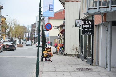 VERDENSREKORDER: To år etter at det ble bevilget penger til visualisering av verdensrekordene i Vikersundbakken på fortauet i Vikersund sentrum, er rekordstripa fortsatt ikke på plass.