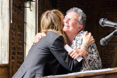 GRATULASJON: Kulturminister Linda Hofstad hadde med seg over 700 000 kroner til daglig leder Tone Sinding Steinsvik.