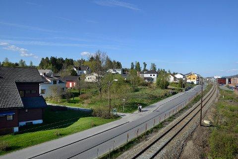 Rusboliger: På de to grønne tomtene her ved Geithusveieni Vikersund planlegger Modum Boligeiendom KF å bygge fire boliger for unge rusmisbrukere.