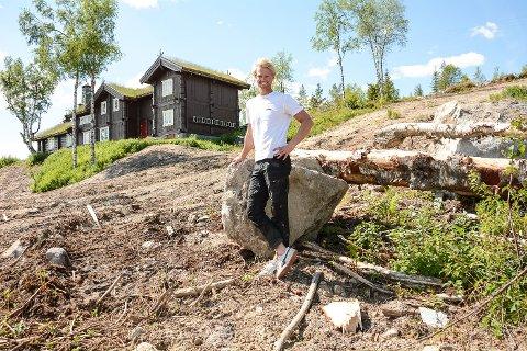 UTSIKT: Eiliev Bjerkerud satser både på tv-dansing og hyttebygging til høsten. På denne utsiktstomta på Norehammeren skal han sette opp hytta han vant på Farmen. - Det var særlig utsikten jeg falt for. Faktisk kan jeg se hjem, sier han.