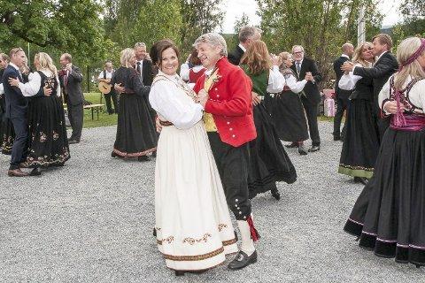 Danset brudevalsen: Nina Berglann Torgersen og Jan Erik Torgersen og gjestene danset vals utenfor Krøderheimen. Foto: Privat
