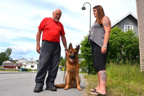 OPPGITT: Alf Mikkelsen og Anne-Lene Orekaasa Stenseth forstår ikke at det var mulig for politiet å la drapshunden gå løs. Her er Alf sammen med «Staffi» som er på jevnlig besøk.