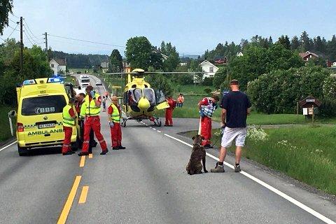 Luftambulansen hentet personen som satt fastklemt i den ene bilen.