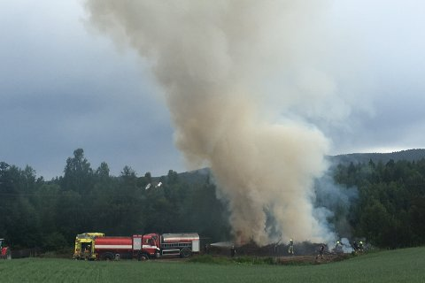 Brannvesenet i Modum er på plass for å slukke en brann nedenfor en høyspentledning.
