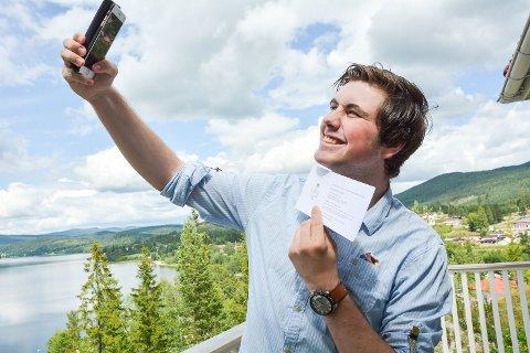 SELFIE: Eugen Sebastian Hovden Haush vil ta selfie sammen med kong Harald. Foreløpig må han nøye seg med en selfie med invitasjonen fra Slottet.