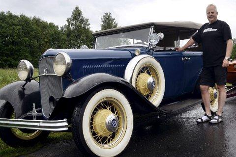 1 Grombil i boks: Svein rust har akkurat         rullet ut brødrenes gedigne Ford Phaeton V8 fra USA-containeren. 2 SVUNNEN ESTETIKK: Flotte detaljer i messing var det også plass til på de gamle veteranbilene. 3 VAKKERT ORNAMENT: Quail er navnet på denne radiatorpynten på       30-tallets forder. 4 USLEPEN PERLE: Dette er en av brødrenes urestaurerte 1932 modeller, en V8 kabriolet med svigermorsete, som har norsk historikk helt tilbake til   30-tallet. 5 EKSTREMT SJELDEN: – Denne er det ikke mange av,                    smiler Halvard Rust, sittende på stigtrinnet til den svært sjeldne V8 Sport Coupeen med falsk kabriolet. 6 UNIK I NORGE: En av de 23 bygde Honest Charlie motorsyklene, med ford V8 motor, er også å finne i brødrenes samling.