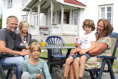 1 Fant Lykken på landet: Anders  Rolseth f.v. med Margrethe (6), Johanne (10), Ole (8) og Anne Marie Berner stortrives i Prestfoss. 2 HUS MED SJEL: Tenk om stuens vegger kunne fortelle.  3 KJØKKEN: Rennovert med Fylkeskommunens velsignelse.  4 STOR LEKEPLASS: Hage med bær og skiløyper utenfor på vinteren. I høst er Margrethe skolejente. 5 FALLER SNART NED: Bare deler av låve med fjøs er fredet. Det koster minst 4 mill å hindre det. 6 SOSIALT: Johanne, Margrethe og Ole har kamerater boende like ved. 7 VAKKER HAGE: Under krigen ble det dyrket 30 sorter grønnsaker her, sier Anders Rolseth og Anne Marie Berner. 8 LAKRIS: De er hjemkommen fra ferie i Spania. Katten «Lakris» er kosesjuk.